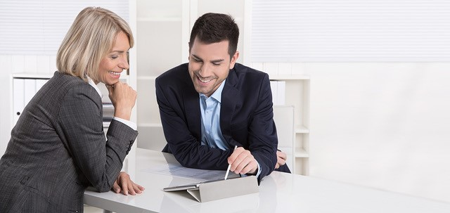 Conversation between woman and man with the support of a tablet